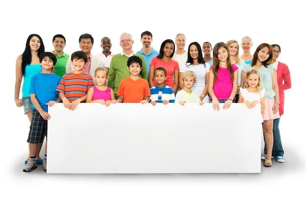Groupe de personnes diverses avec tableau blanc isolé sur blanc