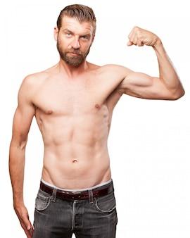 Guy peaceful montrant ses biceps