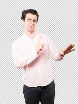 Haughty jeune homme faisant un geste méprisant