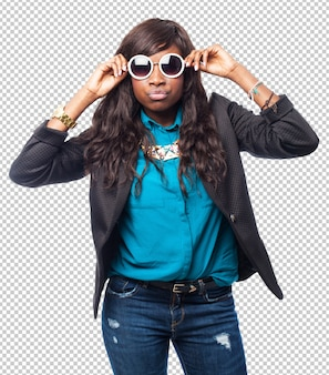 Heureuse femme noire avec des lunettes de soleil