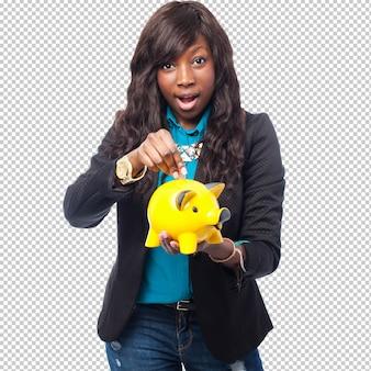Heureuse femme noire avec la tirelire
