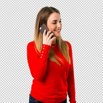 Heureuse jeune femme blonde parlant au mobile