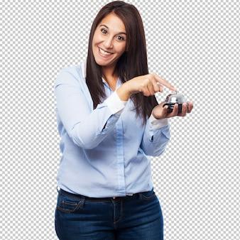 Heureuse jeune femme avec un bouton