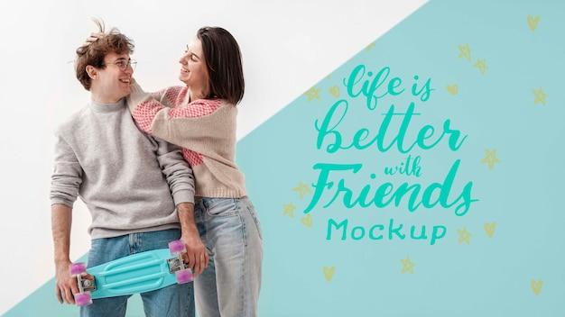 Heureux amis adolescents avec maquette