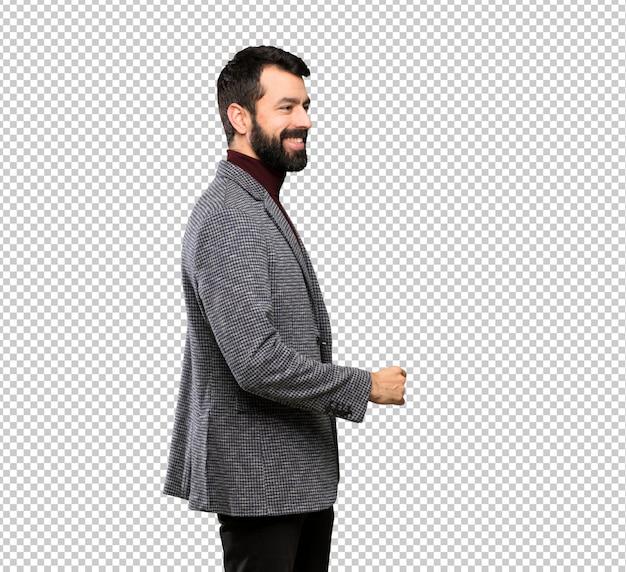 Heureux bel homme avec une barbe qui marche