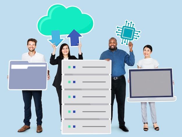 Heureux gens d'affaires diverses détenant des icônes de technologie de bureau