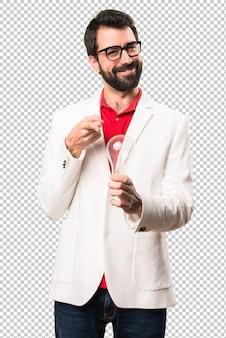 Heureux homme brune avec des lunettes, tenant une ampoule