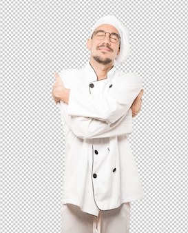 Heureux jeune chef faisant un geste de câlin