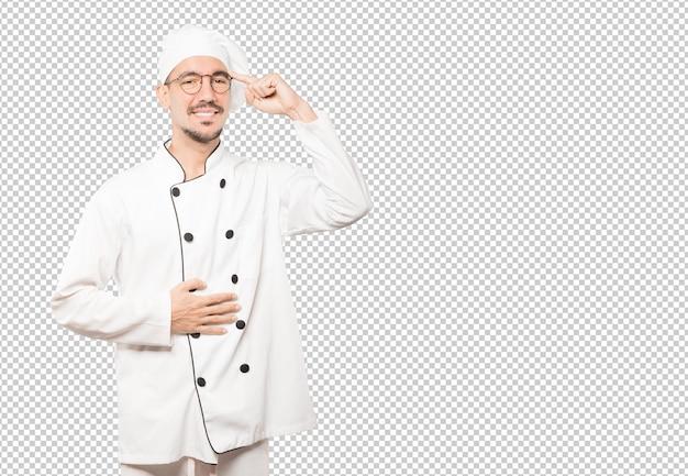 Heureux jeune chef faisant un geste de concentration
