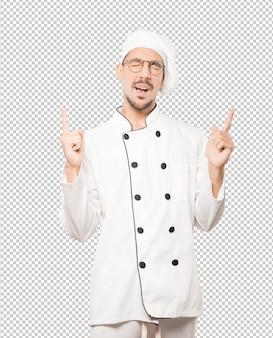 Heureux jeune chef s'amusant