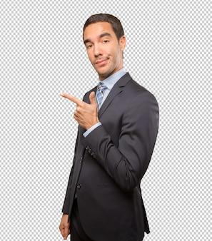 Heureux jeune homme d'affaires montrant le geste