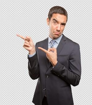 Heureux jeune homme d'affaires pointant