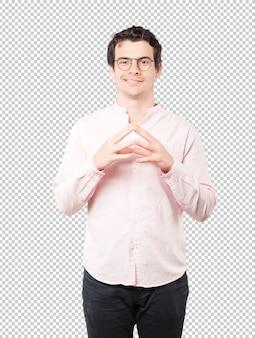Heureux jeune homme faisant un geste de concentration