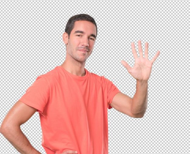 Heureux jeune homme faisant un geste numéro cinq
