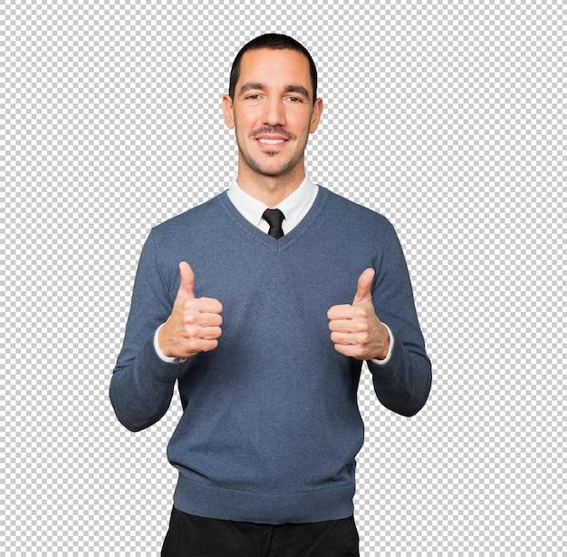 Heureux jeune homme faisant signe que tout va bien