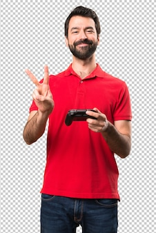 Heureux jeune homme jouant aux jeux vidéo