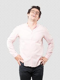 Heureux jeune homme posant