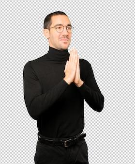 Heureux jeune homme priant le geste