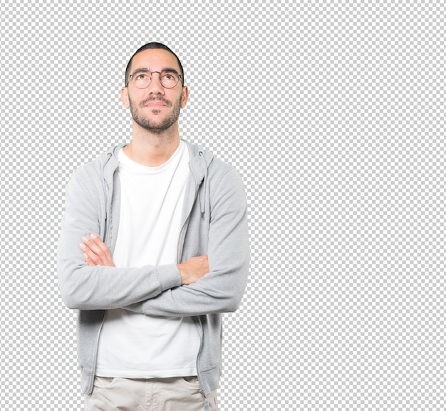 Heureux jeune homme regardant contre une surface transparente