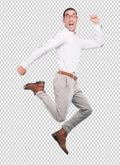 Heureux jeune homme sautant d'un geste de célébration
