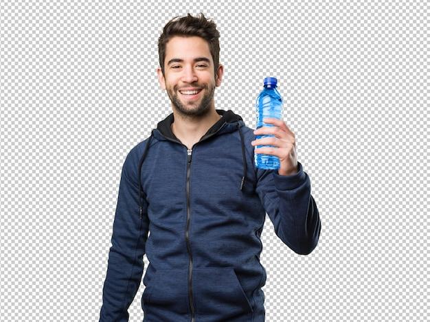 Heureux jeune homme tenant une bouteille d'eau