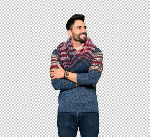 Hippie homme gardant les bras croisés en souriant