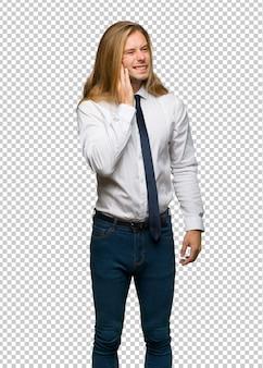 Homme d'affaires blond aux cheveux longs avec maux de dents
