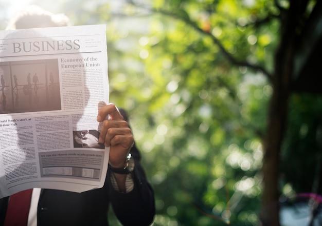 Homme affaires, debout, et, journal lecture