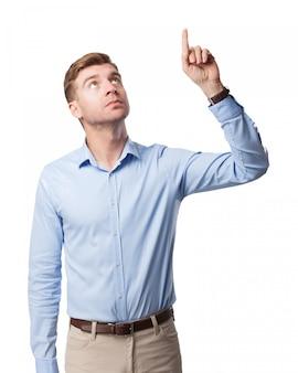 Homme d'affaires graves pointant vers le haut
