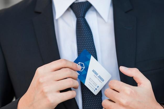 Homme d'affaires avec la maquette de la carte de visite