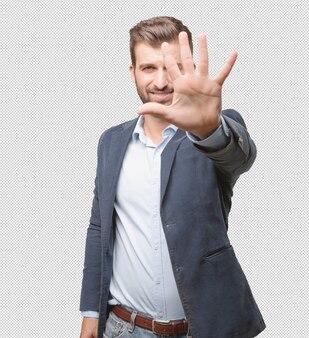 Homme d'affaires montrant cinq doigts
