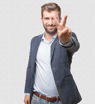 Homme d'affaires montrant deux doigts