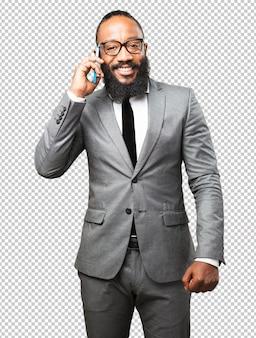Homme d'affaires noir parlant par téléphone