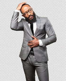 Homme d'affaires noir posant