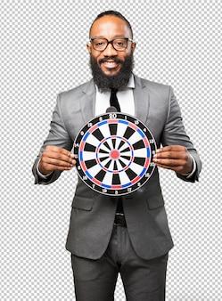 Homme d'affaires noir tenant un jeu de fléchettes