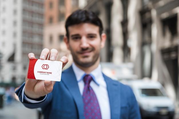 Homme d'affaires présentant une carte de visite