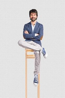Homme d'affaires avec ses bras croisés sur fond blanc