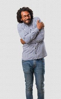 Homme afro-américain de belles affaires fier et confiant, pointer du doigt, exemple à suivre, de satisfaction, d'arrogance et de santé
