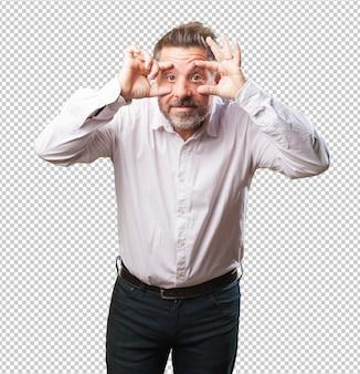 Homme d'âge moyen ouvrant les yeux