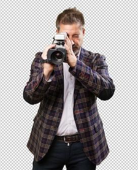 Homme d'âge mûr avec une caméra vidéo