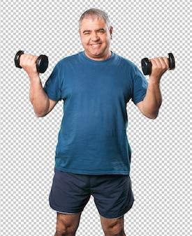 Homme d'âge mûr faisant des exercices avec haltère