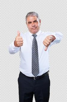 Homme d'âge mûr faisant un symbole contradictoire
