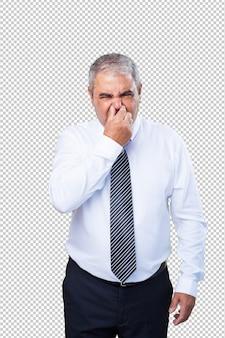 Homme d'âge mûr qui sent mauvais geste