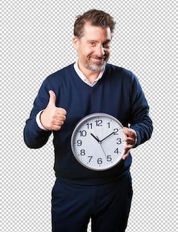 Homme d'âge mûr tenant une horloge
