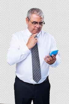 Homme d'âge mûr en train de calculer quelque chose