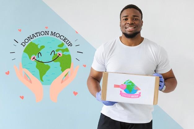 Homme aidant avec des dons