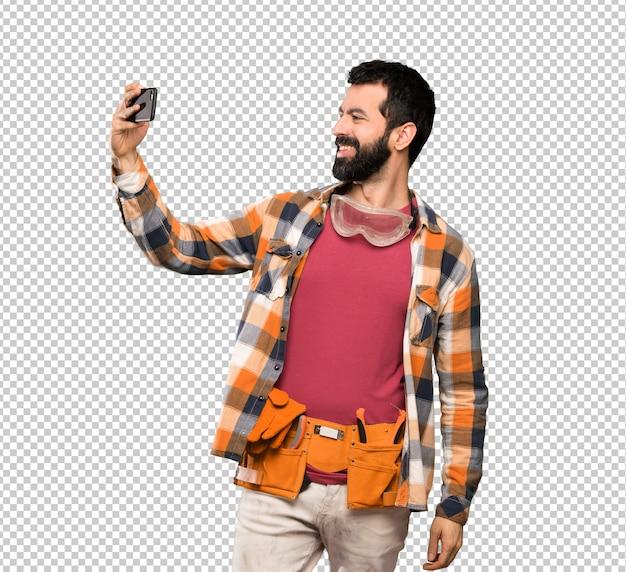 Homme artisan faisant un selfie