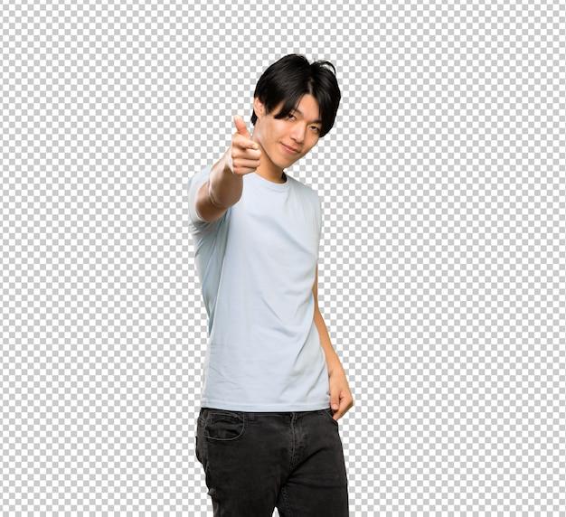Un homme asiatique avec une chemise bleue pointe le doigt vers vous avec une expression confiante