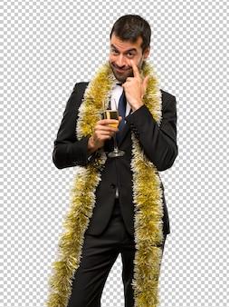 Homme au champagne célébrant le nouvel an 2019, regardant vers l'avant