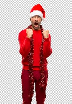 Homme aux habits rouges fêtant les vacances de noël frustrés par une mauvaise situation